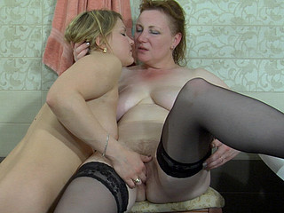 Greedy old dyke surprises a beauty in the bathtub tasting her mouth and bawdy cleft