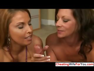 Two hawt cougars suck cock