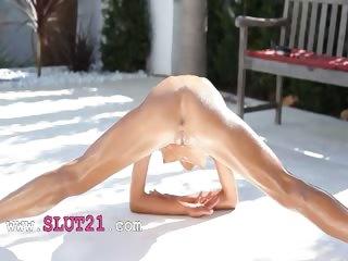 Super flexi slender gal peeing outdoors